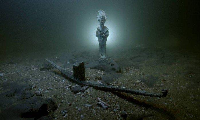 """""""Cabeça de cristal"""" é encontrada em naufrágio de 2 mil anos no Egito (Moedas do primeiro imperador romano e peça para Osíris também foram encontradas)"""