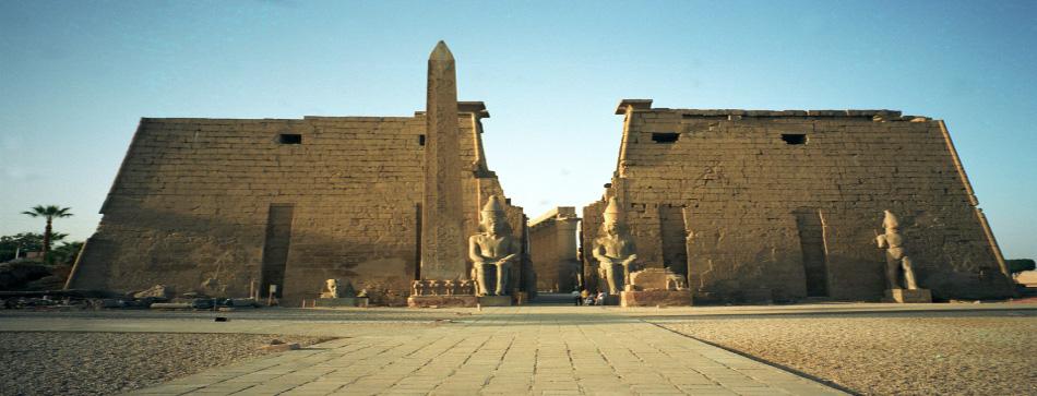 Arqueólogos descobrem dois túmulos antigos na cidade egípcia de Luxor