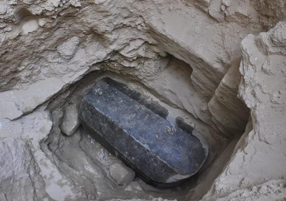 Encontrado sarcófago intacto com mais de dois mil anos